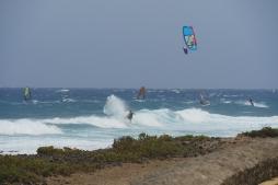 kitaři začínají vlnu o trochu výše, tam kde už je na windsurf vody příliš málo