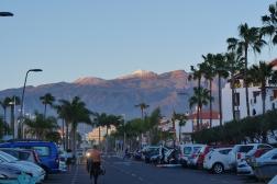 parking nic moc, ale ten výhled - zasněžená sopka při západu slunce
